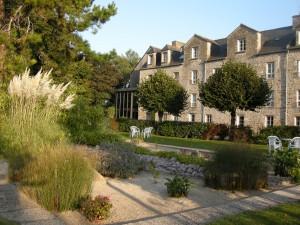 abbaye-de-Saint-Jacut-facade-et-jardin